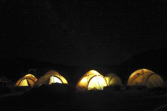 Zelte bei Nacht