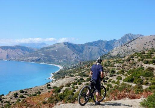 Albanien-MTB-Blick-auf-die-Küste-der-Albanischen-Riviera