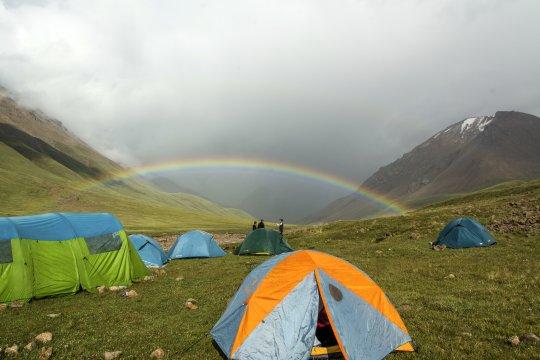 Lager unter Regenbogen im Tien Shan