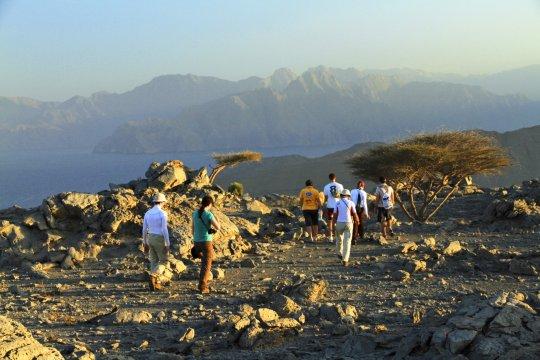 Wanderer auf Felsen in Musandam