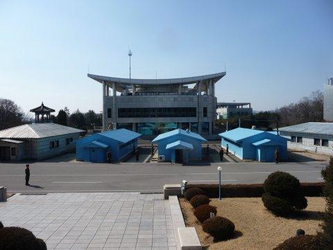 Nordkorea Grenze Südkorea blaue Baracken