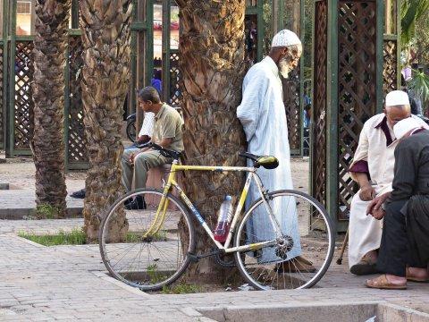 Marrakech Maenner Treffen am Platz