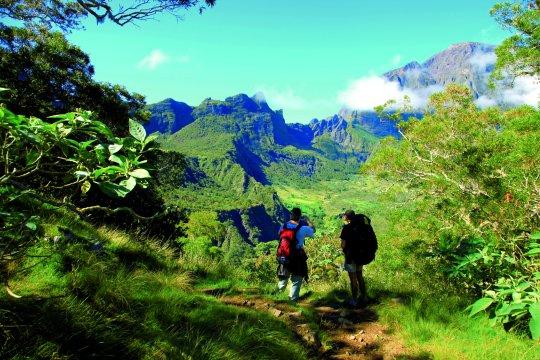 Zwei Wanderer mit Aussicht auf Mafate