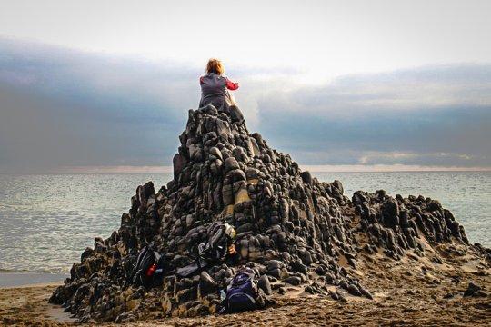 Ausblick von einer Basalatformation an der Cala Grande