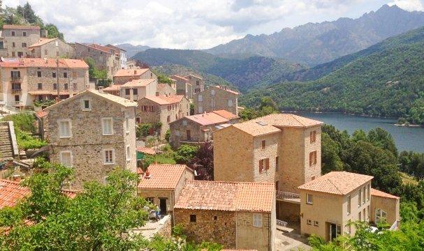 Korsika Dorf mit Bergpanorama