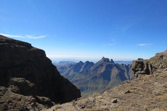 Südafrika-Aussicht-an-der-Abbruchkante-Drakensberge