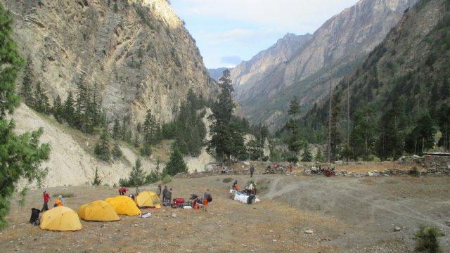 Nepal-Dolpo-Lagerplatz-Wald-Fluss
