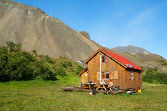 Wanderer vor Berghütte