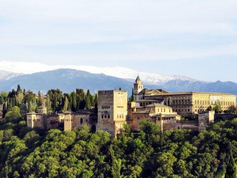 Alhambra und die Berge der Sierra Nevada
