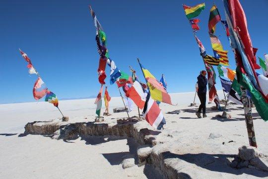 Flaggen auf dem Salar de Uyuni