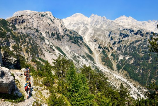 Wanderer am Valbona Pass