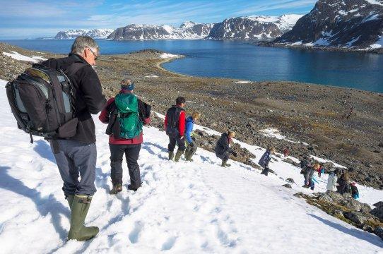 spitzbergen wandern fjordblick gruppe