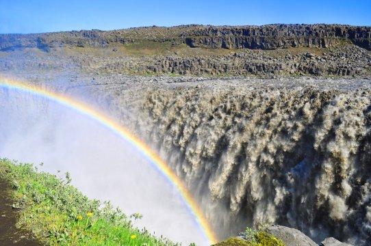 Regenbogen über dem Dettifoss-Wasserfall