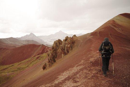 Wanderer in Peru mit toller Andenlandschaft