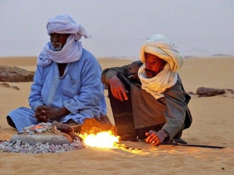 Touareg-Begleiter bei Tee-Zeremonie und Brot-Backen