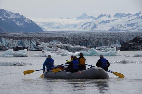 Alaska-Raftingtour-mit-Gletscher-auf-dem-Cooper-River