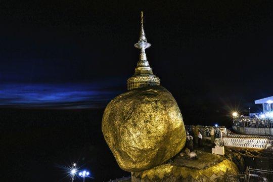 Goldener Felsen bei Nacht