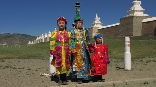 Kinder in traditioneller Tracht vor der Klosteranlage Erdene Zuu