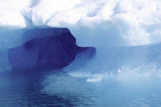 Eisscholle mit Tunnel Sermilik-Fjord im