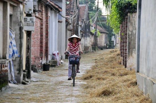 Radfahrerin im Dorf