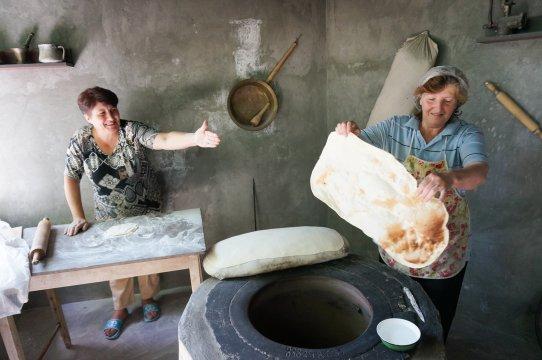 Bäckerinnen beim Lavash backen