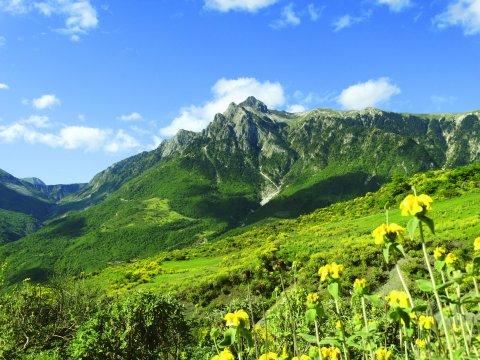 Albaniens Bergwelt im Frühjahr