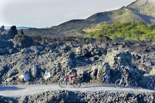 Mountainbiken auf dem Vulkan in Bali