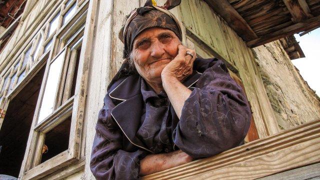 Bauersfrau in einem Dorf in Swanetien