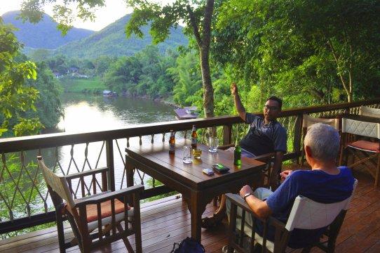 Zum Sundowner im Hintok River Camp