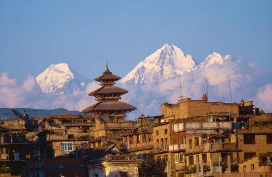 Pagode in Kathmandu vor Himalaya-Kette