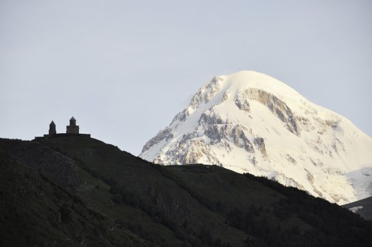 Kasbek-Gipfel mit Kloster Gergeti