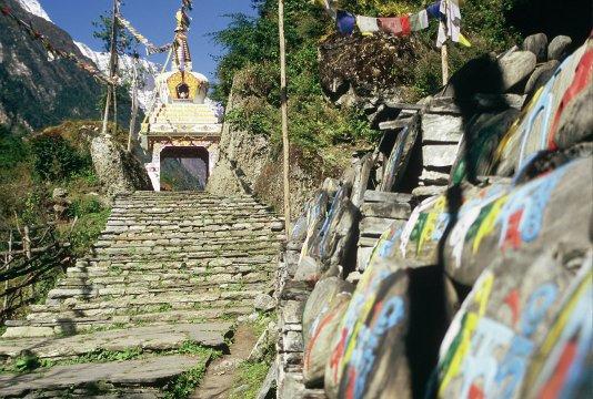Stupa mit Durchgang im Marsyandi Tal (Annapurna Region)