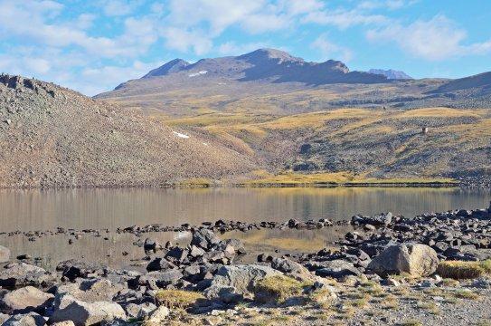 Kari-See am Fuße des Mount Aragats