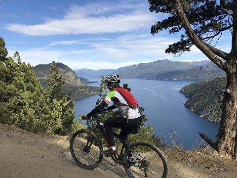 Chile-Biken-oberhalb-des-Lago-Lacar-in-Nordpatagonien
