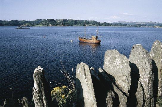 Felsformationen und Schiff an der Küsten Schottlands