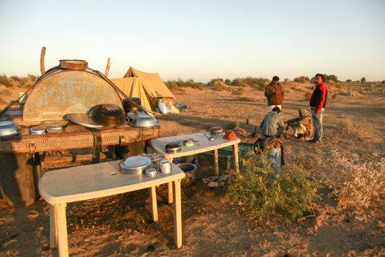 Rastplatz mit Küche inmitten der Wüste