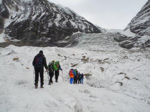 Wandergruppe in Schnee und Eis