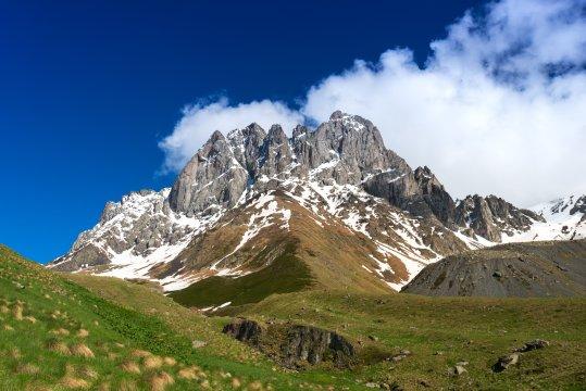Bergmassiv Chaukhi nahe des Dorfes Juta