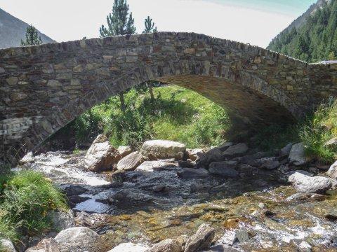 Romanische Brücke im Inclés Tal
