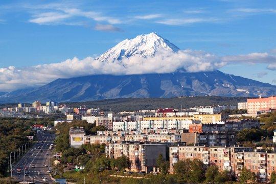 Blick von Petropawlowsk auf den Vulkan Korjakskaja Sopka