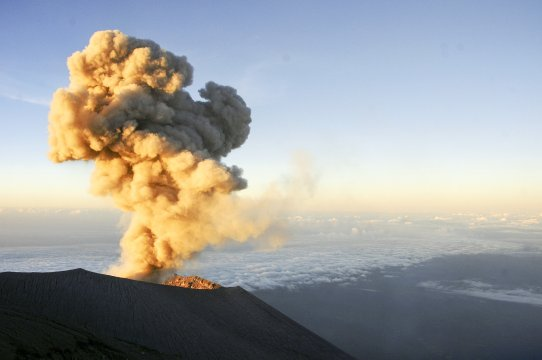 Java Semeru Eruption mit Aschewolke