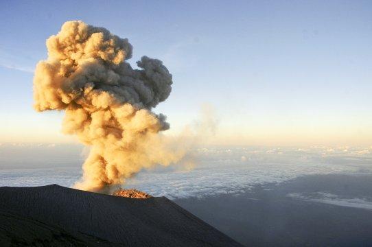 Java Semeru Eruption mit Aschewolke