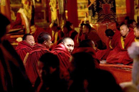 Mönche bei einer Puja