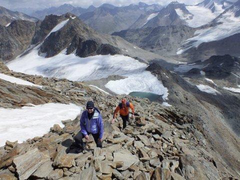 Gaeste beim Aufstieg mit Panorama