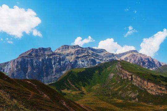 Blick in Richtung des Dorfes Laza auf das Bergmassiv des Shahdag