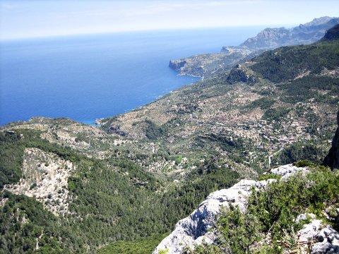 Ausblick vom Gebirge aufs Meer_2