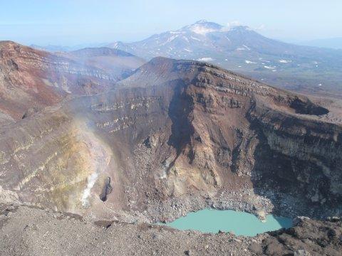 Kraterrand des Gorely mit Mutnovsky im Hintergrund