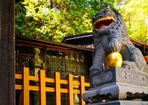 Wächterlöwe am Tempeleingang in Narai