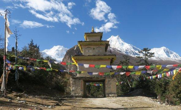 Eingangstor mit Manaslu im Hintergrund