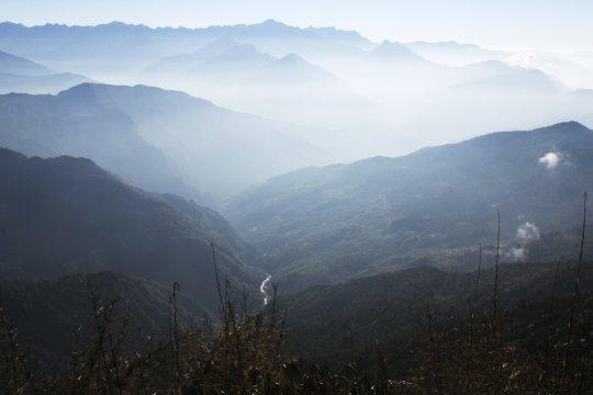 Arun-Tal im Nebel